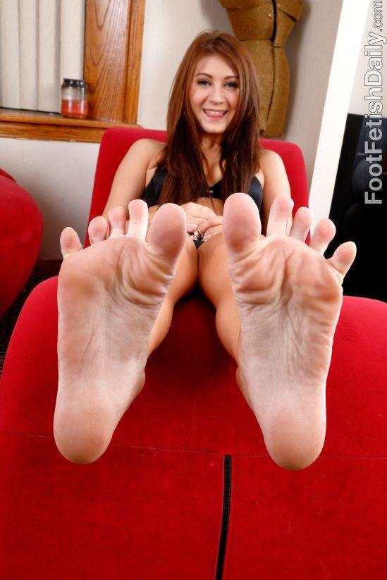 jojo-kiss-feet-1802816