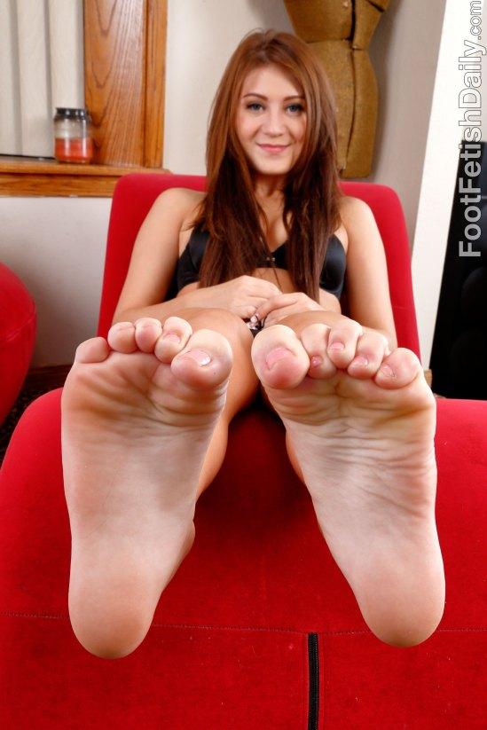 jojo-kiss-feet-1802817
