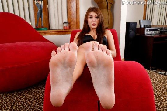 jojo-kiss-feet-1802818